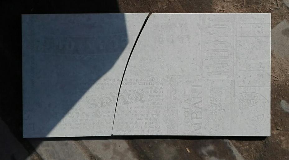 摔裂的瓷砖